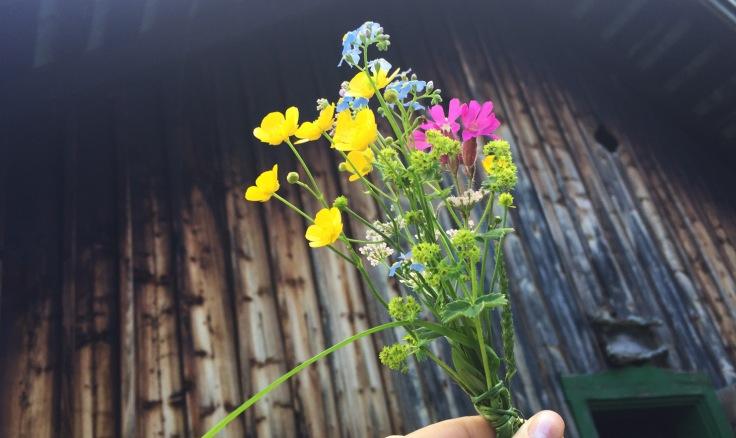 Blumenstrauß vor Hütte