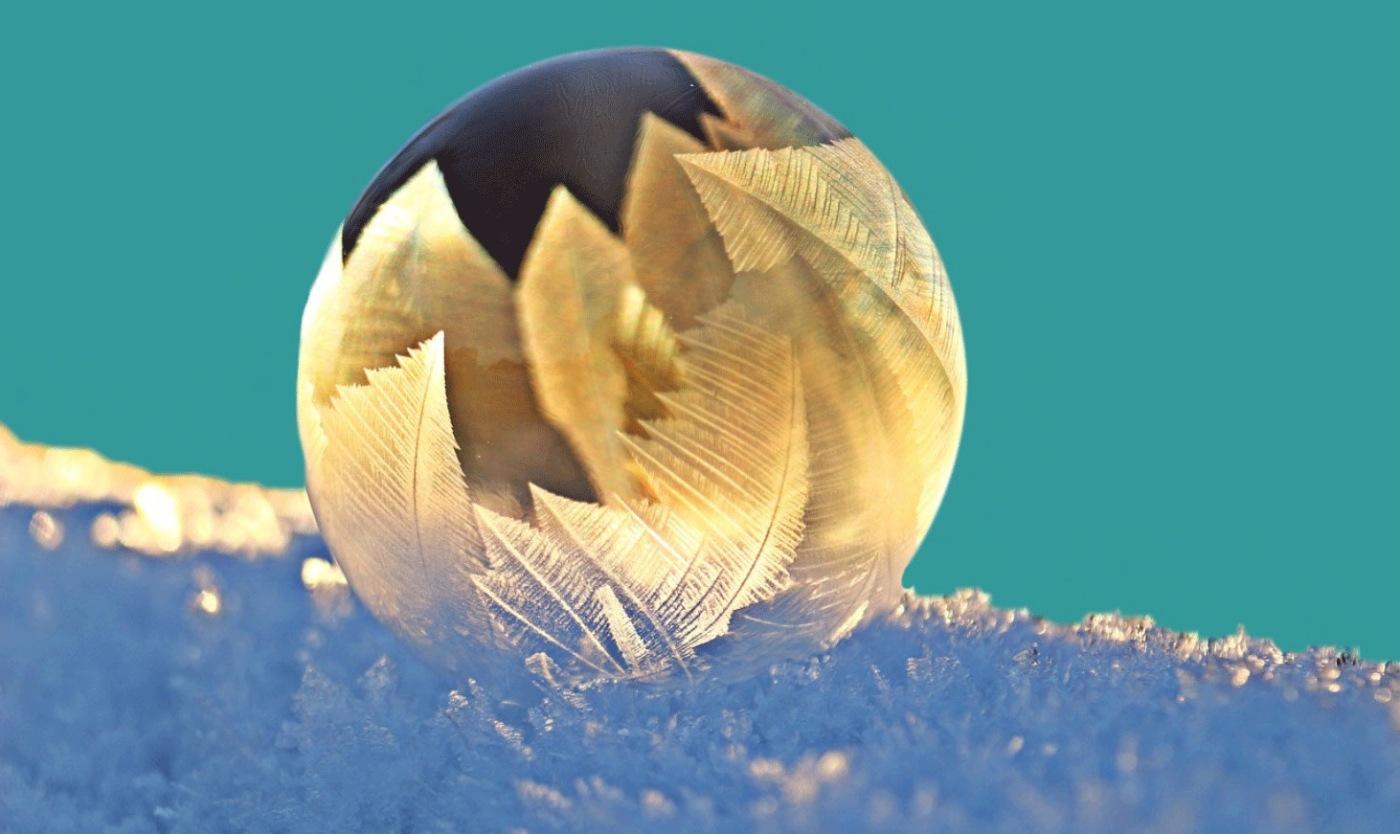 Winterblues und die Winterdepression: Schneekugel im Schnee