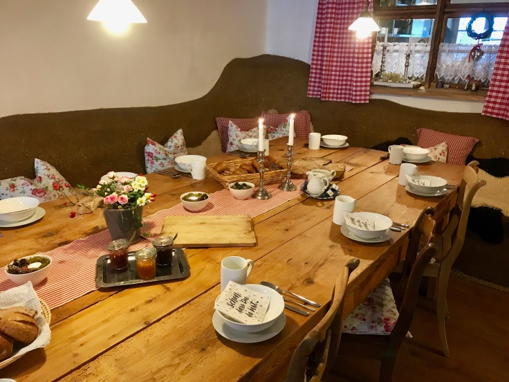 Gemütlicher gedeckter Tisch